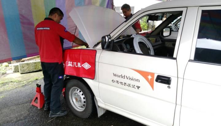 中華三菱候鳥巡迴服務為世界展望會公務車健檢免費更換機油 .jpg