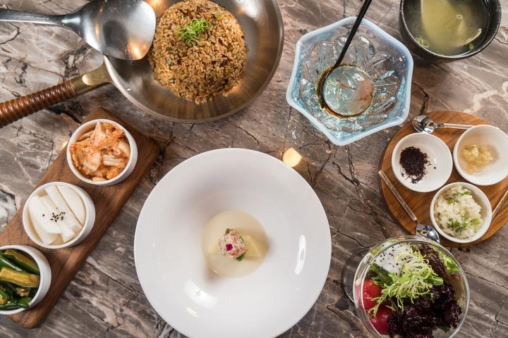 06_套餐包含開胃小品、綜合野菜、漬物拼盤、湯品、和牛炒飯與精緻甜點。(樂軒和牛)