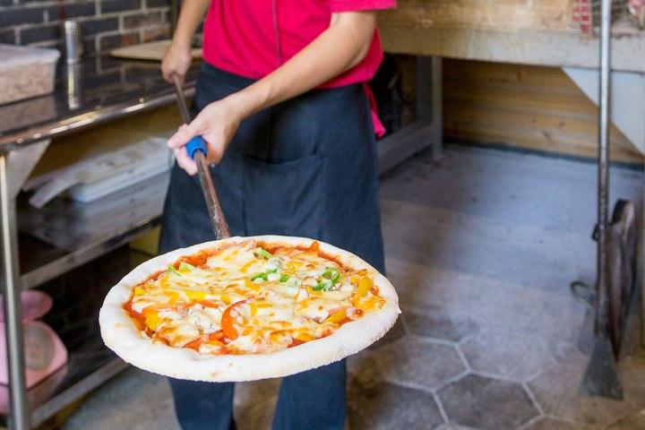 06傳統龍眼木柴燒窯烤的手工批薩,有特別的香氣與口感。