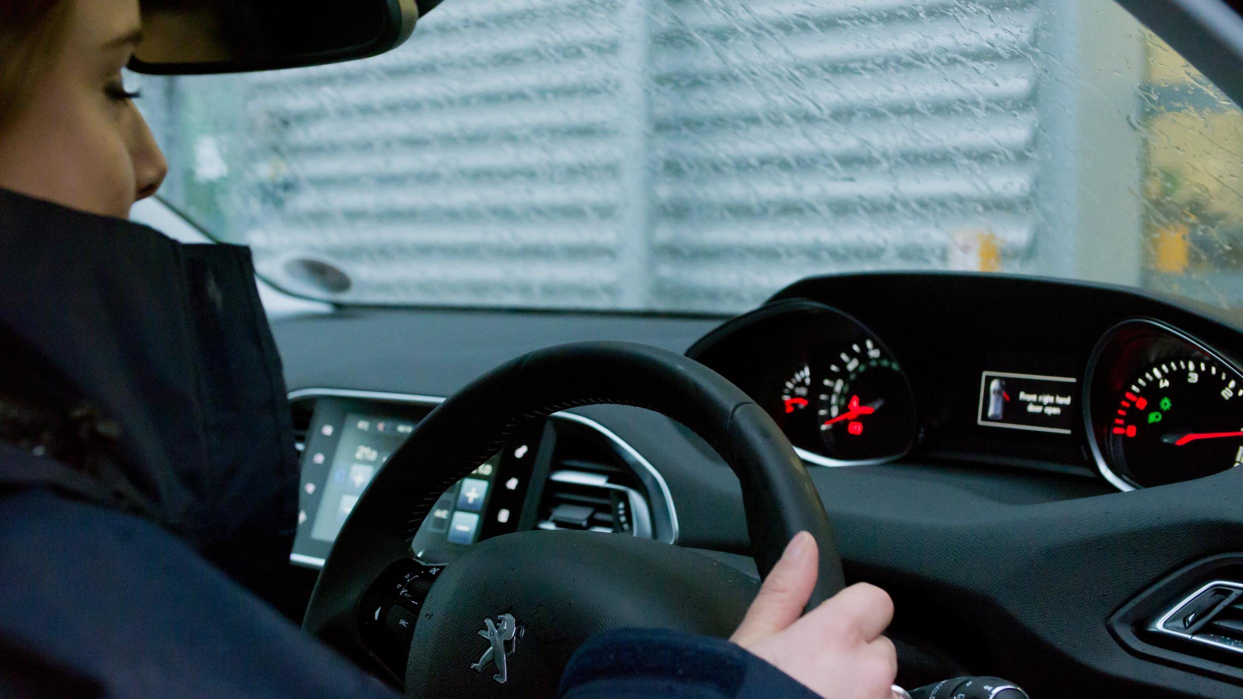 【道安】下雨天開車請小心,五步驟遠離意外