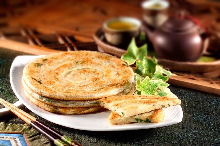 05百孚食品使用100%三星蔥作蔥油餅的餅材。8.三星蔥經洗滌、脫水、切碎等過程才能成為蔥油餅的食材。