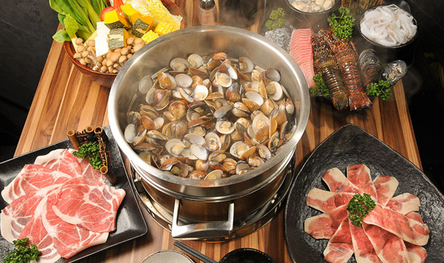 02滿滿一大盤蛤蜊放進蒸籠, 透過蒸氣, 「啵!啵! 啵! 」一顆顆蛤蜊殼打開來, 肥美的蛤蜊肉與juicy的汁液令人垂涎三尺。