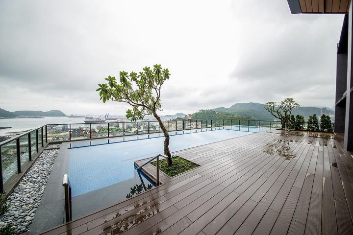 02頂樓的無邊際泳池川原天幕與觀景台,可居高眺望蘇澳港區。