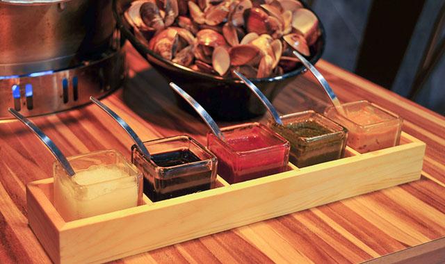 04「極蜆」的醬料是所謂「五色醬」:白蘿蔔泥、和風醬、韓式辣醬、青醬及味噌醬。