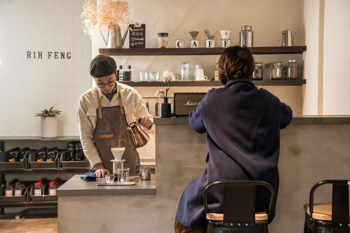 02.穿上圍裙的張博智,有模有樣沖煮咖啡,一人身兼汽車保養廠技師和咖啡師身分。