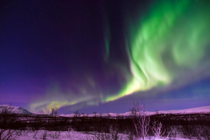 03.在極光攝影團專屬的帳蓬往外看,就能拍到這樣全無光害的極光美景。