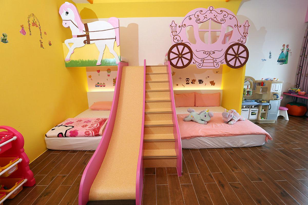 05.糖果屋民宿的飛天馬車親子房是小公主的夢幻城堡。