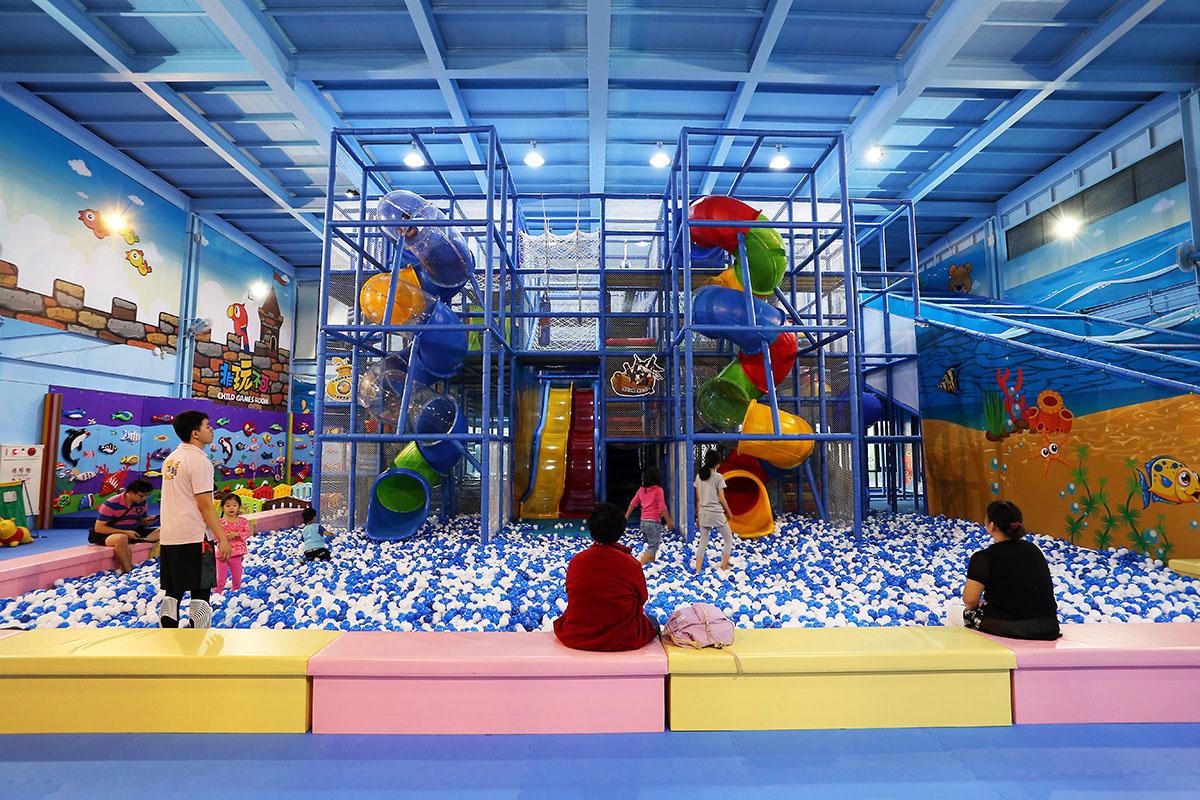 07.樂遊館中的大型溜滑梯與池球,是孩子們最愛的項目。
