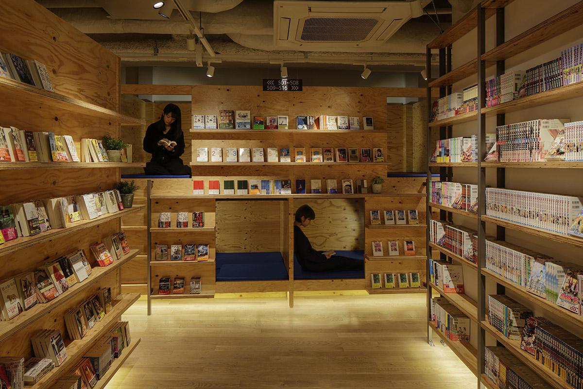 02.入床洞內,拉上窗簾,就是一個完美的書店私密空間。