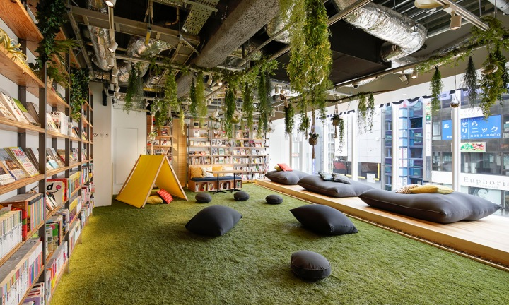 03.5樓空間強調著「自然與露營」生活,所以放上了大片草皮讓顧客「玩耍」。
