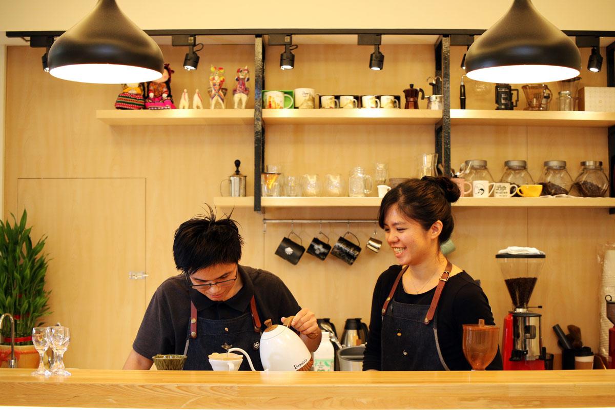 03.「三角&貓咖啡」自家烘豆,並以手沖方式沖煮出咖啡香。