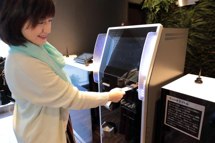 03.聽從恐龍的指示,在機器刷卡付帳後,房卡才會出現。