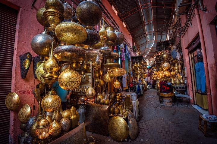 03.馬啦喀什的大市集中,可以看到許多手工打造的銅器飾品,是千年流傳的手工藝。