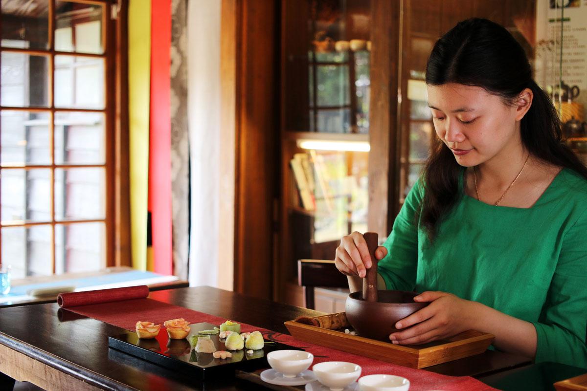 05.搗茶體驗的過程中,茶香不斷釋放,趣味又療癒。