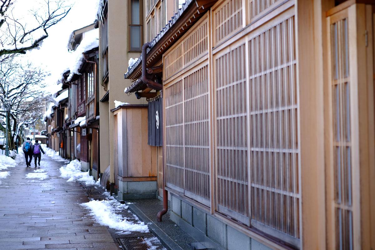 3.茶屋街的門窗都還保留著木格窗的老設計。