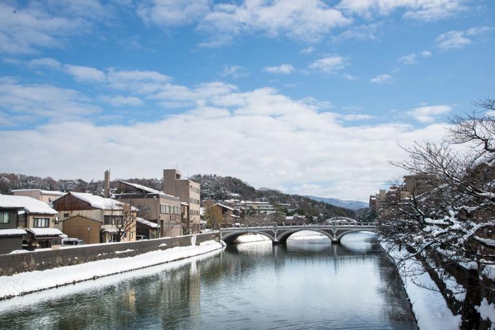 6..往外望去,淺野川潺潺流水貫穿金澤市區。