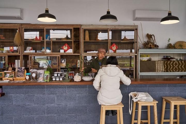 01.位在鳳林鎮上的美好花生風格清新,特製的長吧檯是鍾順龍和顧客交談的最佳空間。