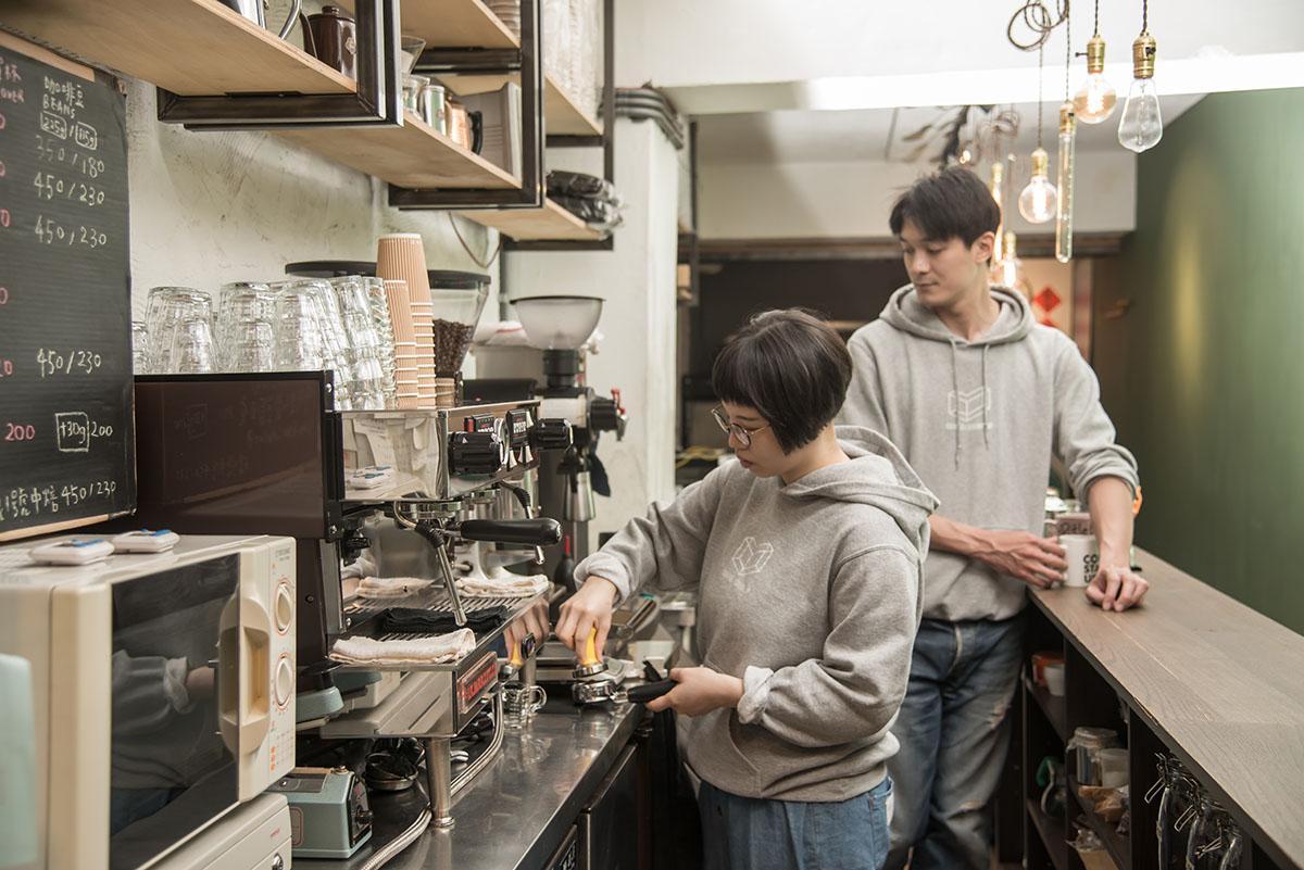 01.喬壹和草莓都愛喝咖啡,也煮一手的好咖啡,長長的吧台是兩人每天工作的地方。