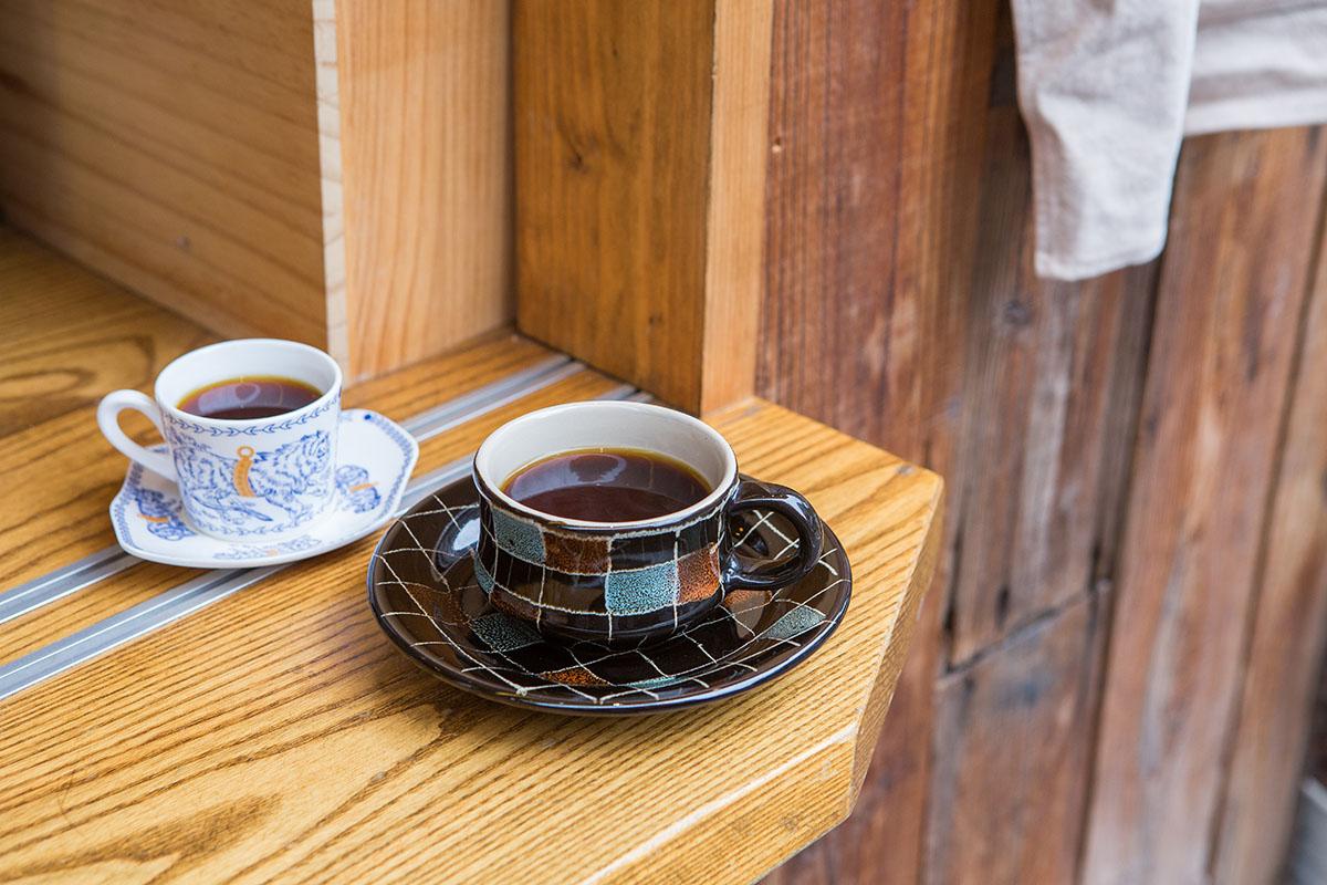 03.所有咖啡杯具都由邱三歲與媽媽春碧蒐集而來。
