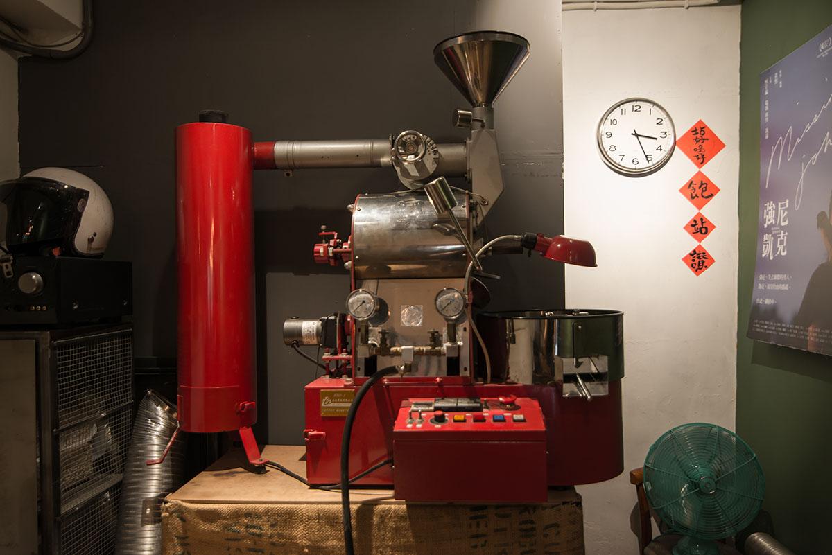 03.每週兩天,喬壹會用這台紅色的烘豆機烘豆,整間店都瀰漫著迷人的香氣。