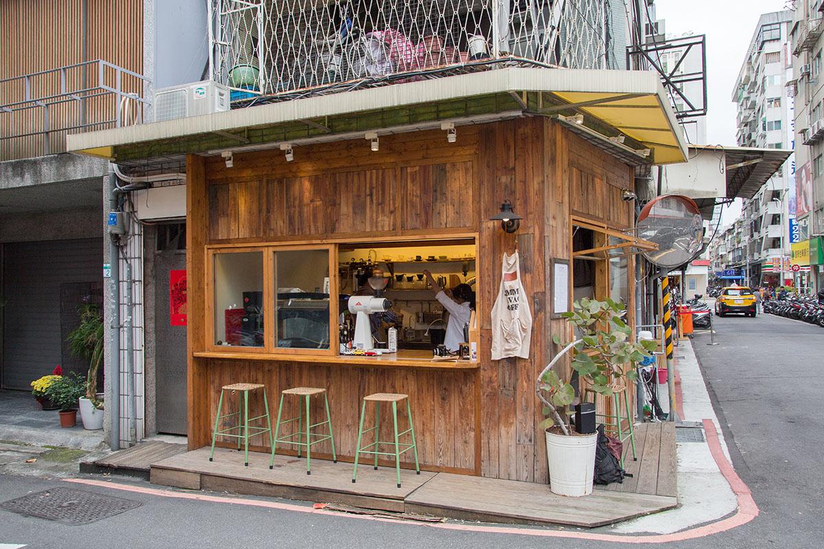 04.木質裝潢的小店吸引路人駐足品味好咖啡。